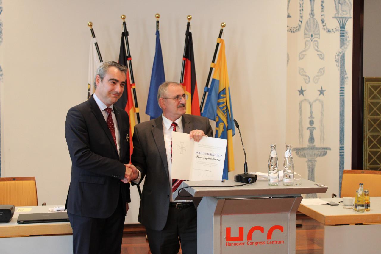 Landsmannschaft ehrt Stephan Rauhut und Klaus Engemann mit dem Schlesierkreuz